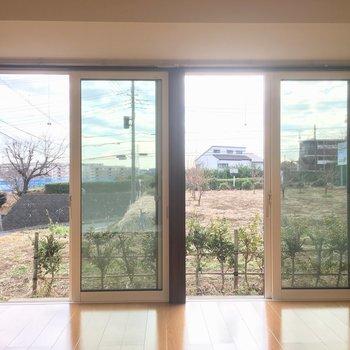 大きな窓から南向きの光が入ってくるリビングで。※写真は前回募集時のものです。