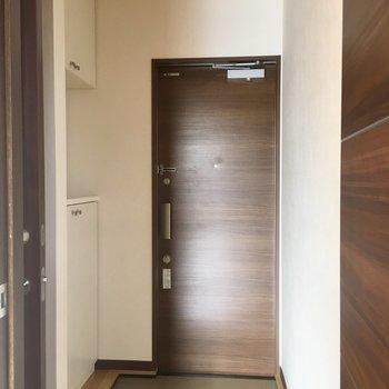 茶色い扉がシックな玄関。※写真は前回募集時のものです。