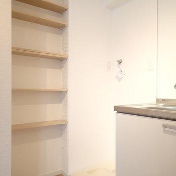 キッチンの横に高さ調節できるたながあります