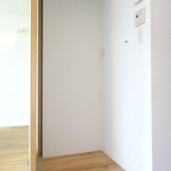 ぽっかりした空間に冷蔵庫 ※写真は別部屋です