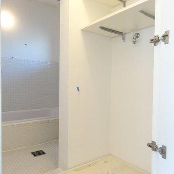 洗濯機はこちら。バスルームはカーテンで仕切るタイプ。 ※写真は別部屋です