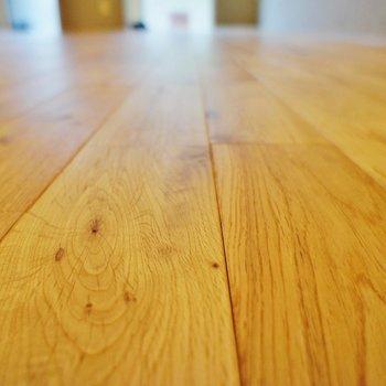床材、無垢は裸足で歩いても気持ちいい