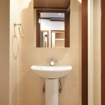 おしゃれな蛇口の独立洗面台。