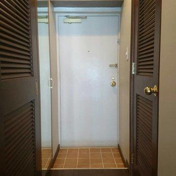 金のドアノブがおしゃれな玄関。