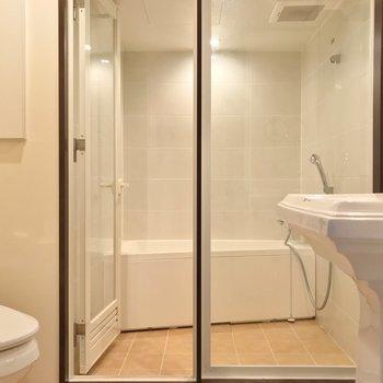 ガラス張りのバスルームもこだわりの1つです。