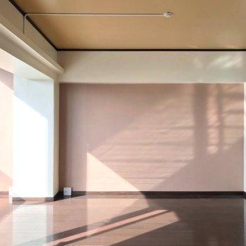 横の壁は落ち着いたピンク色。ブラウンの床によく合います。