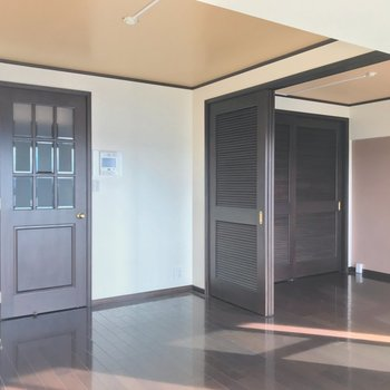つづいて、チョコレートのような扉を開けて廊下へ。
