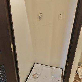 洗濯機置場は扉で隠せました。