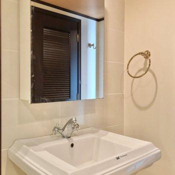 洗面台もホテルのよう。鏡の中にコンセントがありますよ。