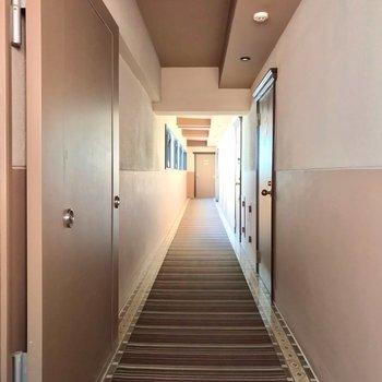 共用廊下はカーペット敷きで足音が響きにくいです。