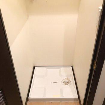 洗濯機置場は扉の中に。こちらも扉で隠して生活感を見せない工夫(※写真は清掃前のものです)