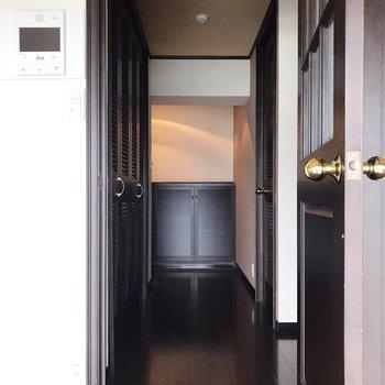 廊下側にキッチンと脱衣所があります(※写真は清掃前のものです)