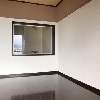 左側は5.2帖、大きなベッドも置けます。この窓の先はバスルーム…!(※写真は清掃前のものです)