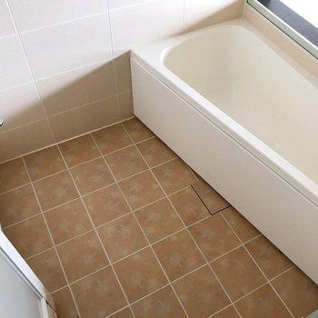 浴槽は三角形の変わったカタチ(※写真は清掃前のものです)