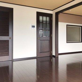チョコレート色の床や扉と…(※写真は清掃前のものです)