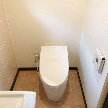 トイレは近づくとフタが開きます(※写真は清掃前のものです)