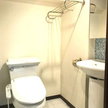 トイレ右上の棚までホテル。ここにバスタオル掛けてるだけで雰囲気でそう