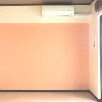 オレンジの壁がアクセントに!