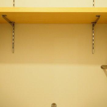 トイレ上には収納棚も!