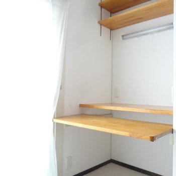 スライド式のデスクの上の棚は高さを変えられるので、本やCDなども置けます。