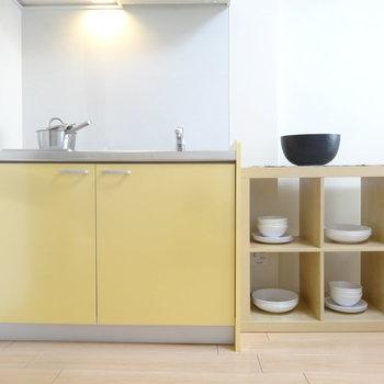 キッチンはレモンイエローがかわいいなぁ。(※写真の家具小物は見本です)