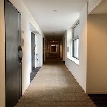 共用廊下はカーペット敷きで足音も静かに。
