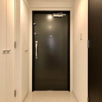 廊下はけっこう横幅があって、玄関も足元にゆとりがあります。