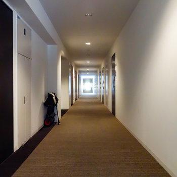 なが〜い共用廊下を抜けた先、今回のお部屋です。※写真は1階の反転間取り別部屋のものです