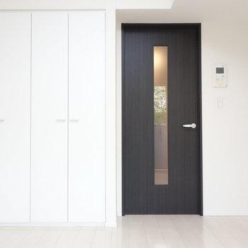 ドアはブラック。 ※写真は1階の反転間取り別部屋のものです