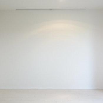 こちらにはピクチャーレールです。※写真は1階の反転間取り別部屋のものです