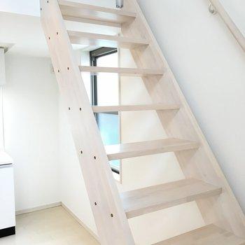階段大きいので踏み外す心配はなさそうです。*写真は別部屋です。