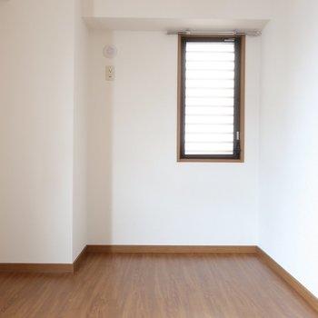 こちらは右側の洋室。同じく5帖です。