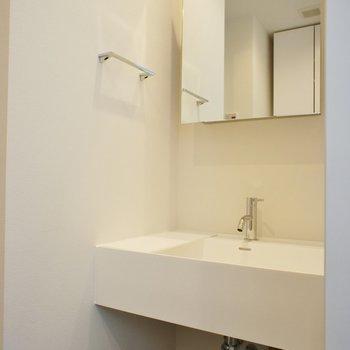 トイレの向かいに洗面台※写真は別部屋です