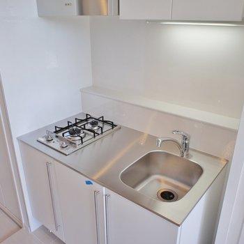 キッチン、コンパクトですが2口※写真は別部屋です