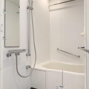 清潔感のあるバスルームです。※写真は8階の同間取り別部屋のものです