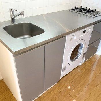 洗濯乾燥機が付いています。※写真は8階の同間取り別部屋のものです