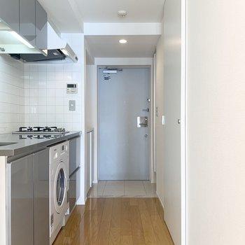 色合いもキッチンもシンプルなデザインです。※写真は8階の同間取り別部屋のものです