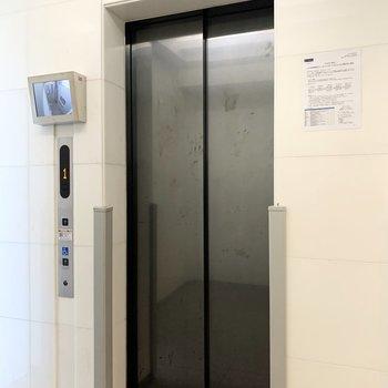 エレベーターに防犯カメラが付いています。