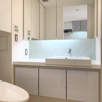 鏡面は収納なのですっきり使うことができます。※写真は8階の同間取り別部屋のものです