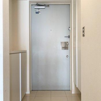 グレーのドアが素敵です。※写真は8階の同間取り別部屋のものです