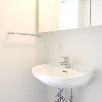 洗面台は普通のものをシンプルに