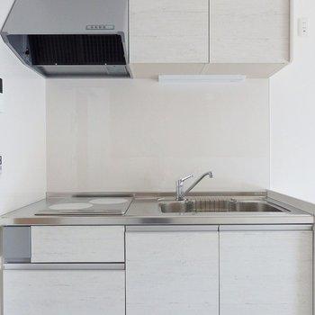 キッチンは真っ白でお部屋と良くマッチしている。