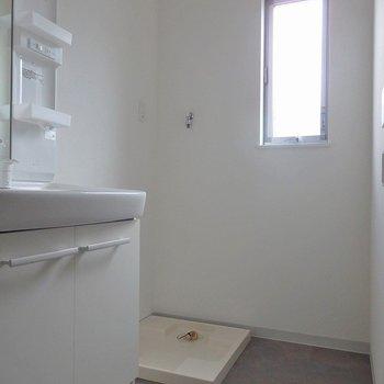 洗濯機置き場は窓があって爽やか。