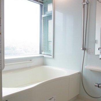 お風呂の窓が素晴らしい!※写真は別部屋です
