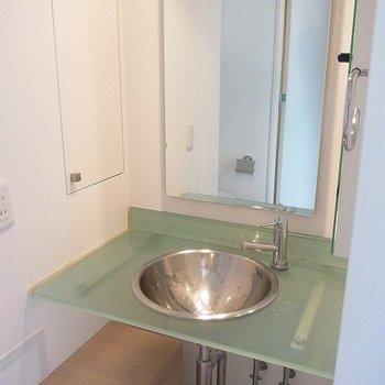 洗面台はシンプルです。※写真は別部屋です