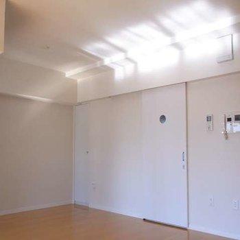 室内。扉の向こうは水周り。※写真は別部屋です