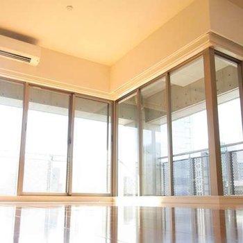 大きな窓と大きなバルコニーのあるお部屋