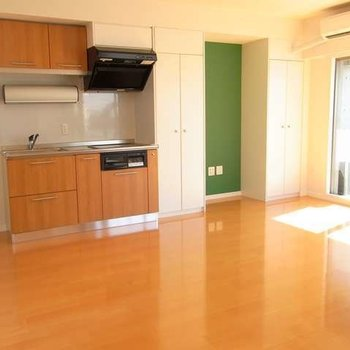 ポップな緑の色の壁がかわいいです。※写真は別部屋です