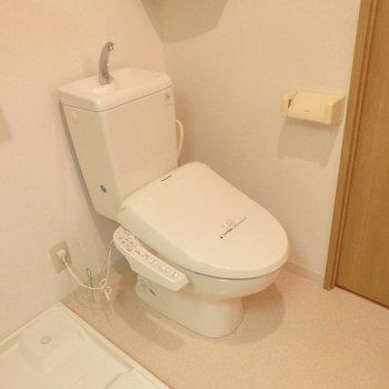 ウォシュレット付きのトイレ※写真は別部屋です