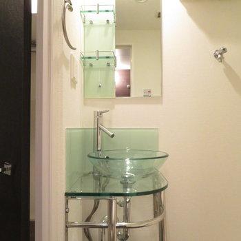 洗面台はなんとガラスです(※写真は3階の同間取り別部屋のものです)